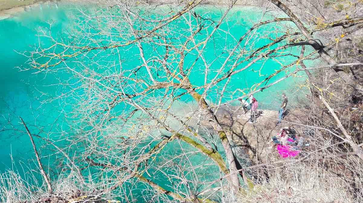 Farbtupfer in Pink am blauen See bei Rübeland im Harz, Sachsen-Anhalt – Foto: Beate Ziehres