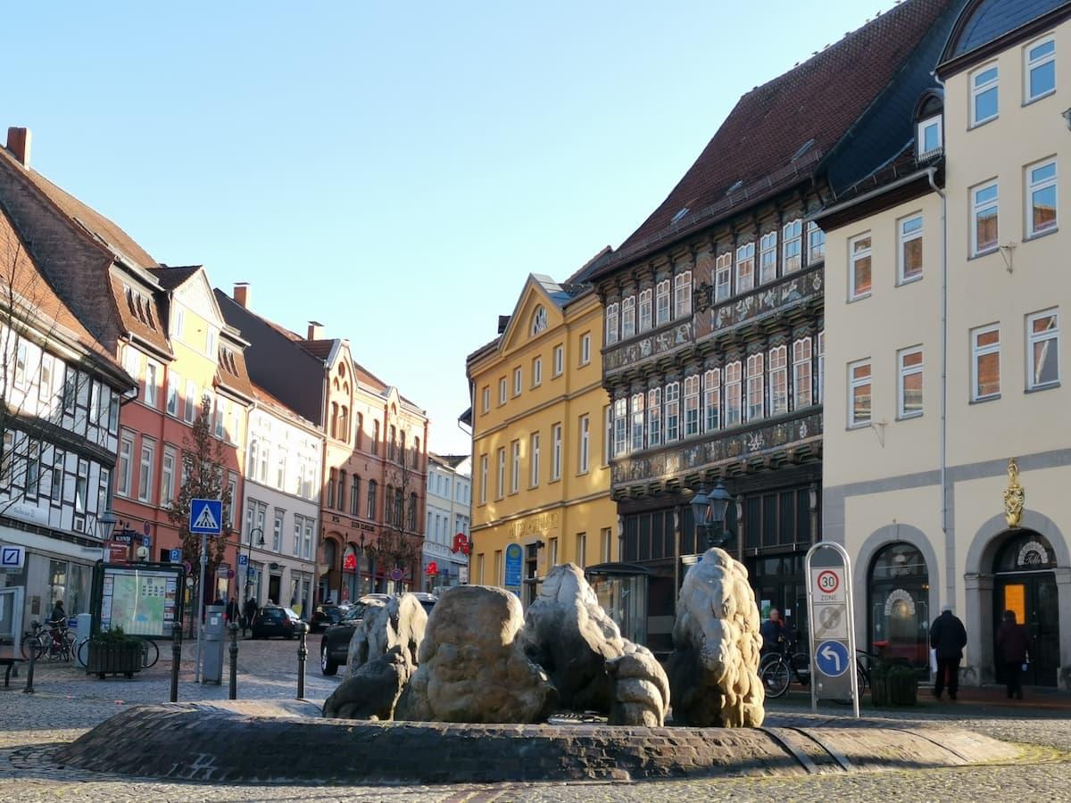 Helmstedt, Springbrunnen auf dem Marktplatz mit herzoglichem Hoflager. Foto: Beate Ziehres