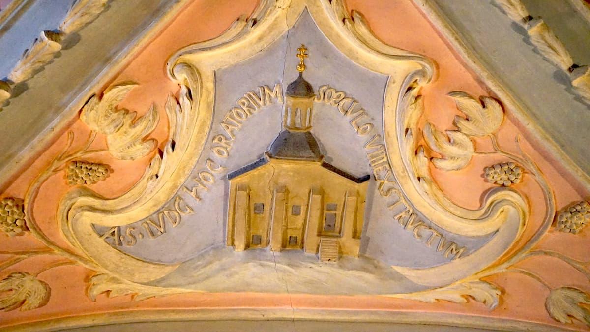 Stuckverziehrung an der Decke der St. Johannes-Kapelle. Foto: Beate Ziehres