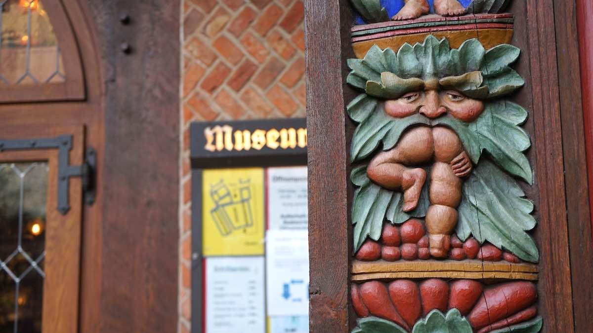 Schnitzerei an der Fassade des Knochenhaueramtshauses, in Richtung Rathaus gewandt – Foto: Beate Ziehres