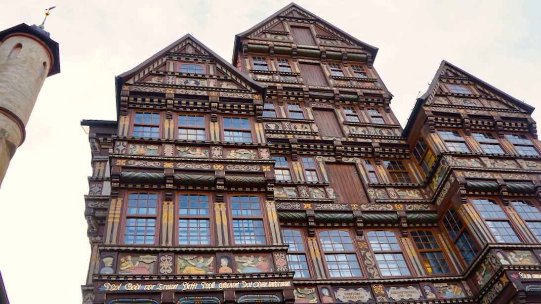 Rekonstruierte Fachwerkfassade am Hildesheimer Marktplatz – Foto: Beate Ziehres