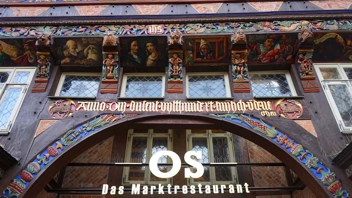 Details an der Fassade des rekonstruierten Knochenhaueramtshauses am Marktplatz von Hildesheim – Foto: Beate Ziehres