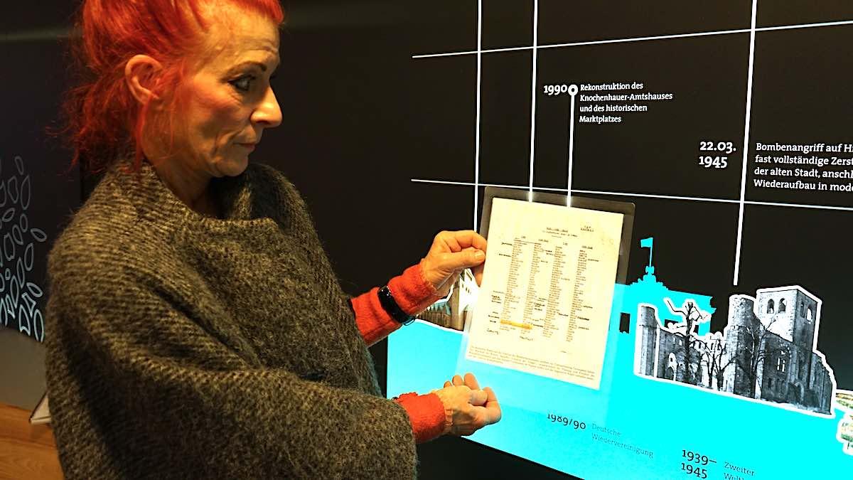 Hildesheim: Stadtführerin Susanne Kiesel zeigt die Fish Code List – Foto: Beate Ziehres
