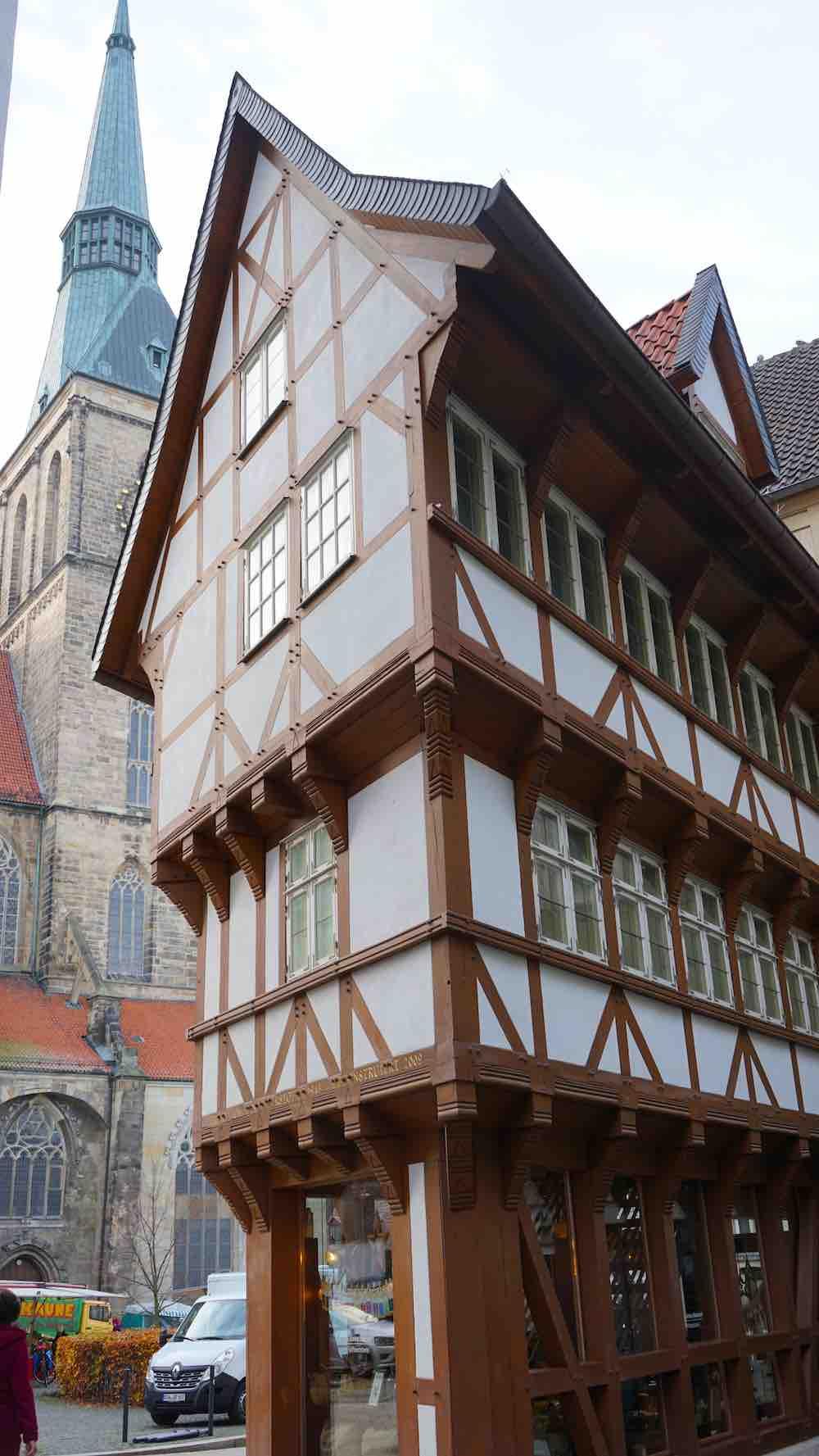 Unten klein, oben deutlich größer: der umgestülpte Zuckerhut in Hildesheim – Foto: Beate Ziehres