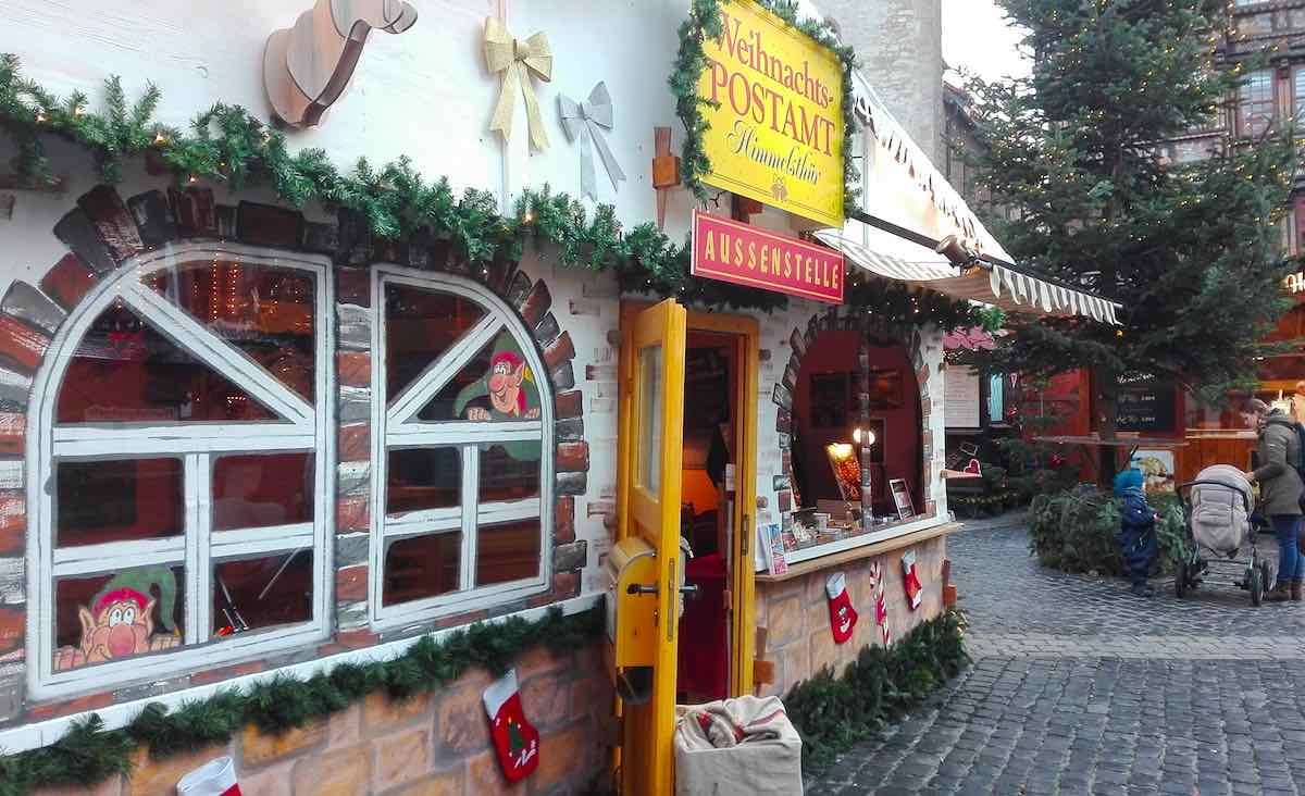 Das Weihnachtspostamt Himmelsthür hat eine Außenstelle auf dem Weihnachtsmarkt in Hildesheim – Foto: Beate Ziehres