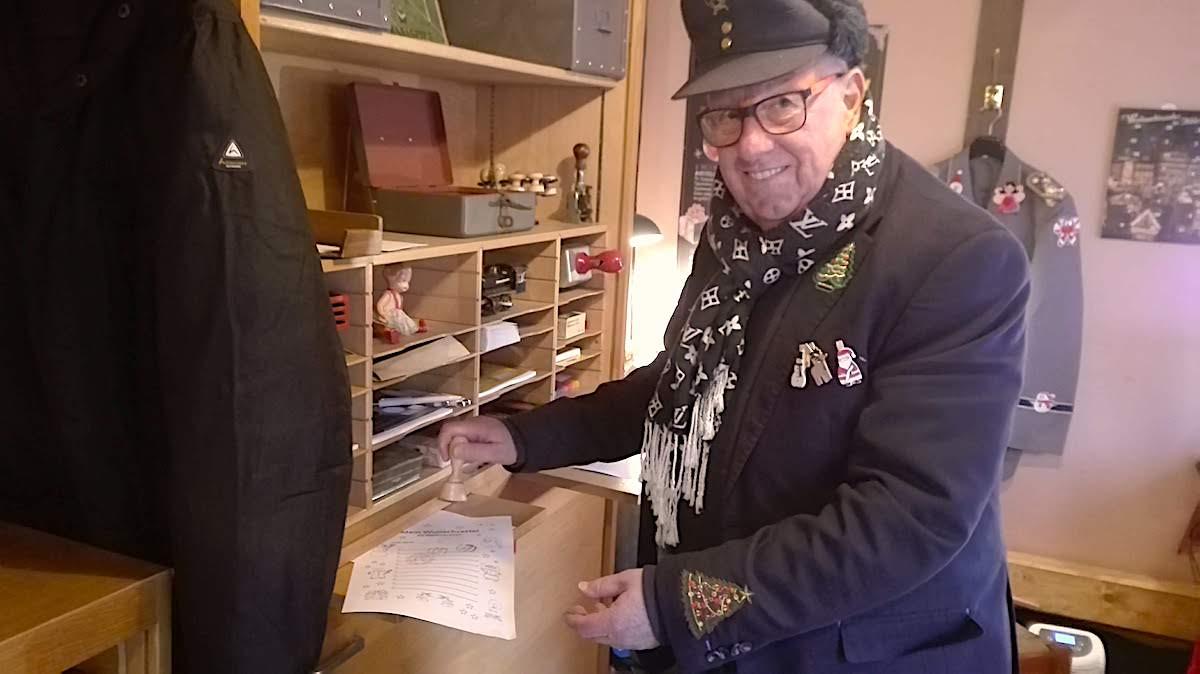 Manfred Jüngerkes hilft den Kindern beim Basteln des Wunschzettels – Foto: Beate Ziehres