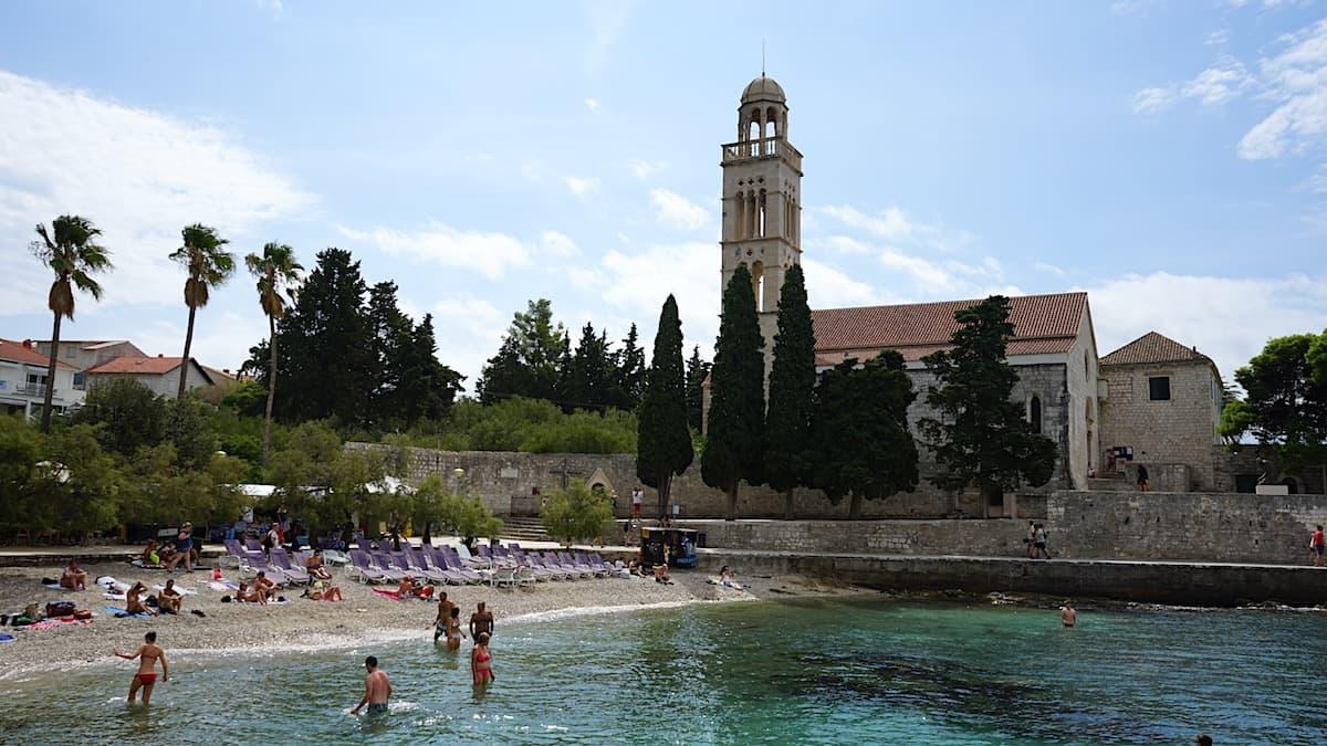 Hvar, Kroatien: Strand von Hvar im Schatten der Klosterkirche. Foto: Beate Ziehres