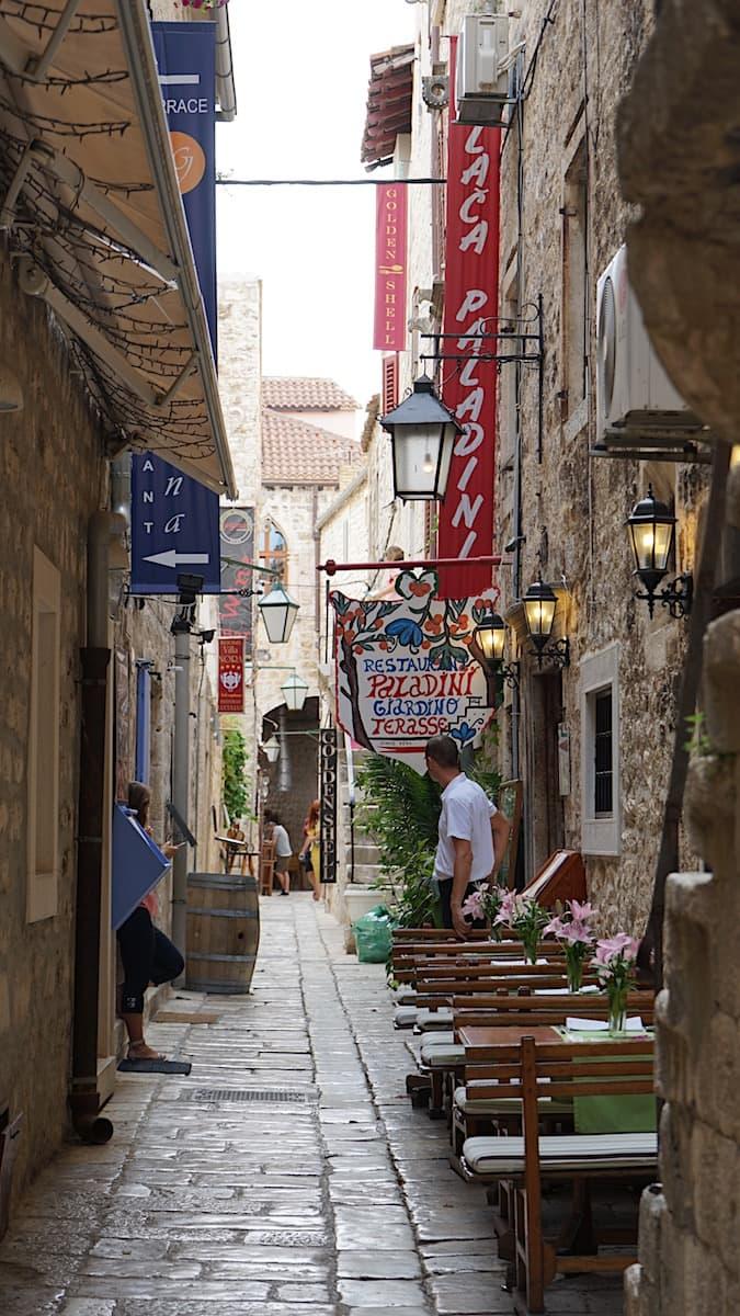 Hvar, Gasse mit Restaurants. Foto: Beate Ziehres