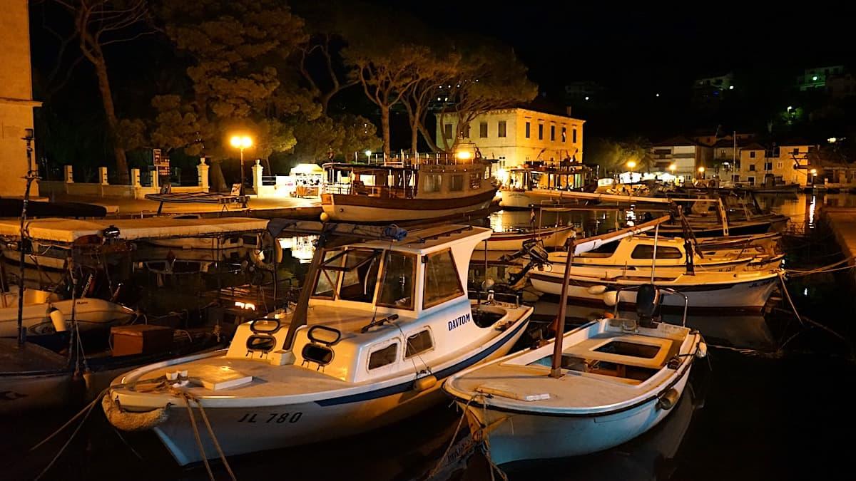 Jelsa, Hvar. Stadthafen bei Nacht. Foto: Beate Ziehres