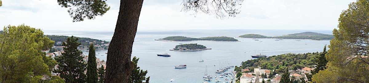 Hvar. Blick von oben zu den Pakleni-Inseln. Foto: Beate Ziehres