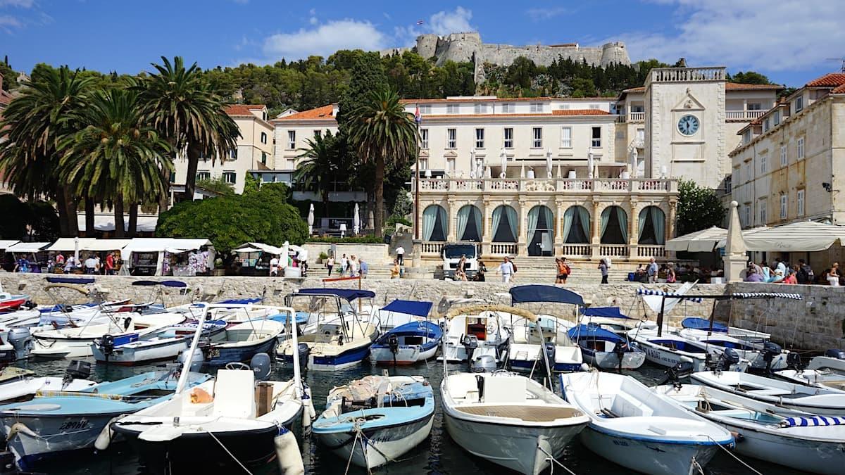 Hvar. Stadthafen mit Booten, Loggia und Festung. Foto: Beate Ziehres