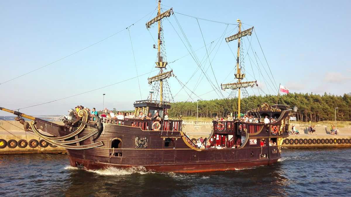 Die vollgeladene Galeone Gryf auf dem Weg zum offenen Meer in Leba, polnische Ostsee– Foto: Beate Ziehres