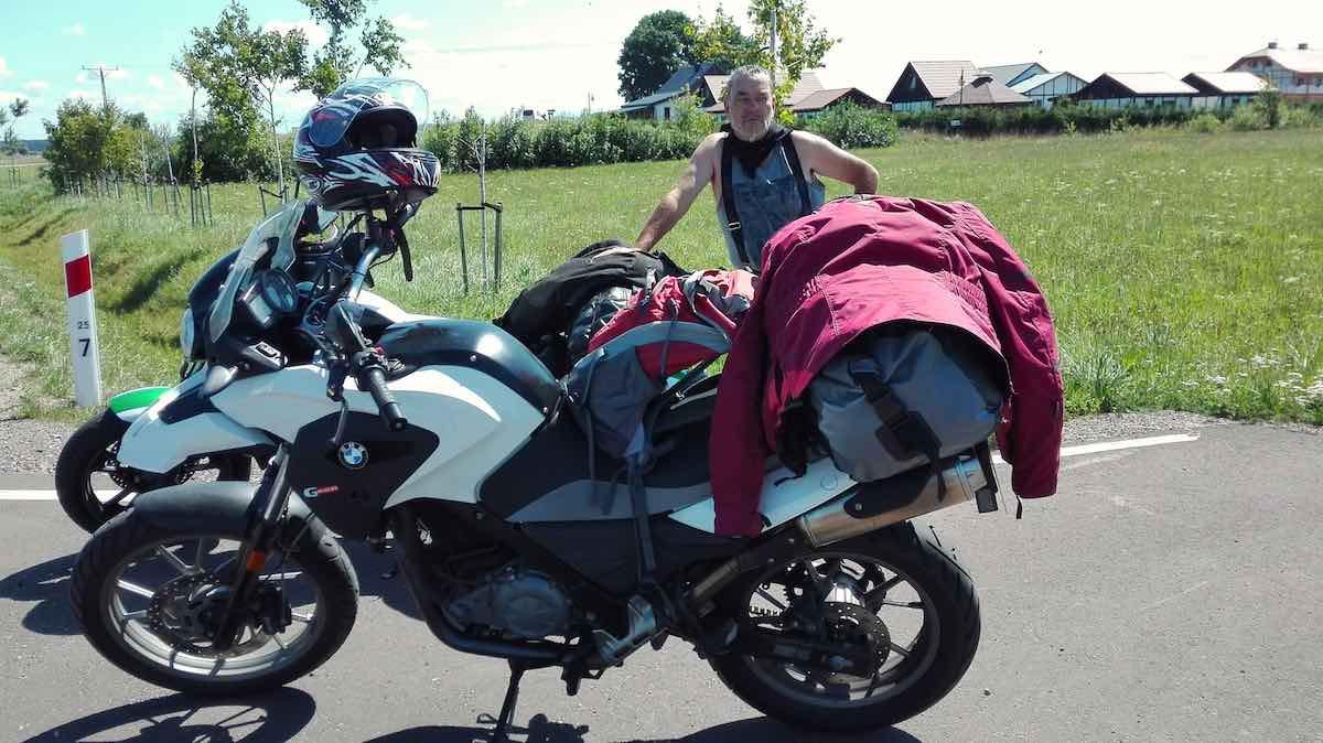 Zwei Motorräder am Wegesrand – Foto: Beate Ziehres