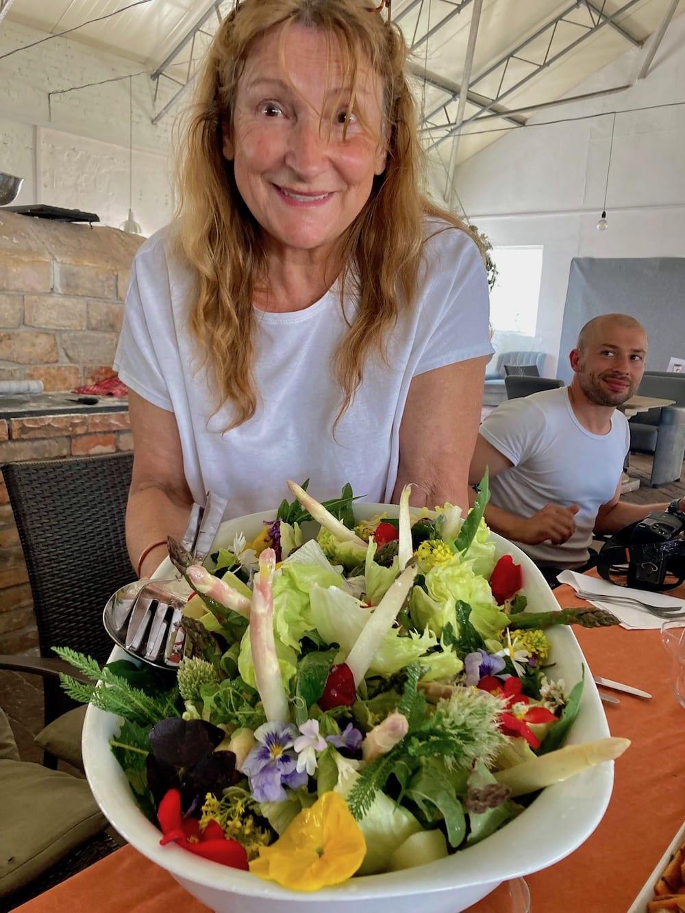 Ewa Michalska serviert unvergleichlichen Salat. Foto: Sandra Fischer