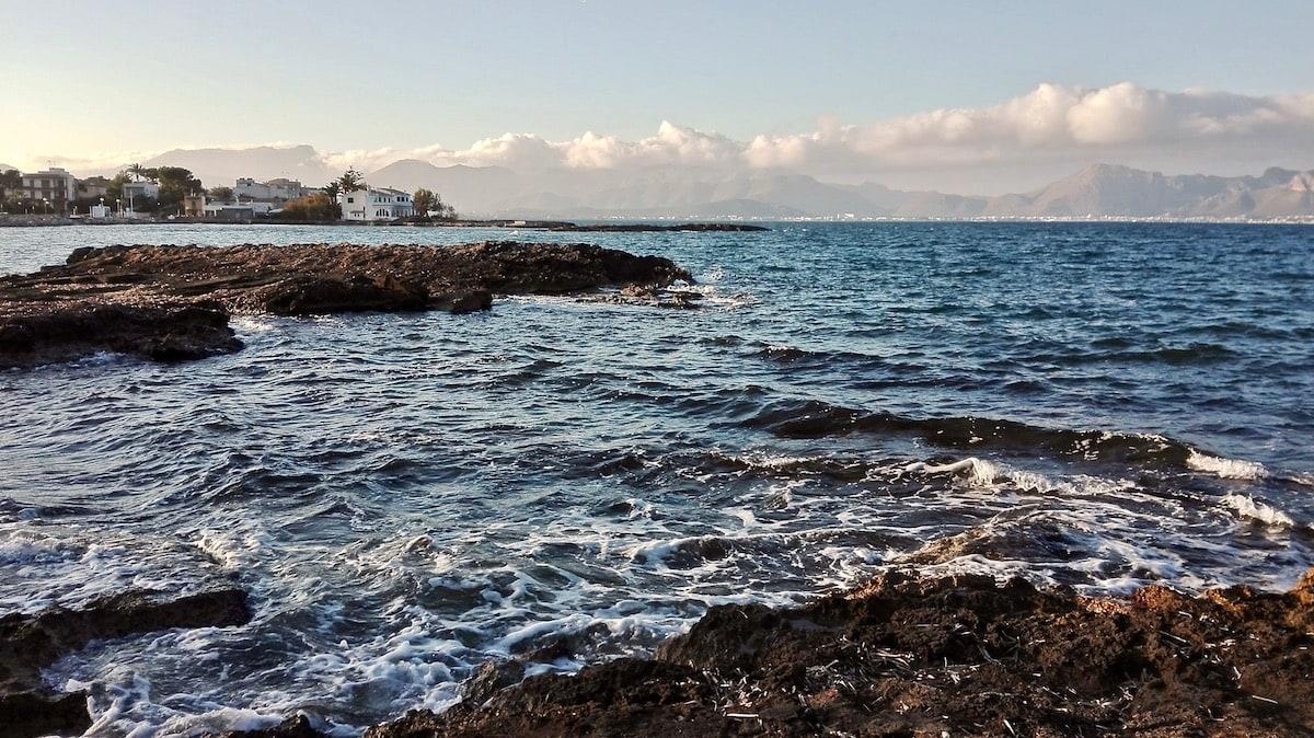 An der Bucht von Pollenca, Mallorca – Foto: Beate Ziehres