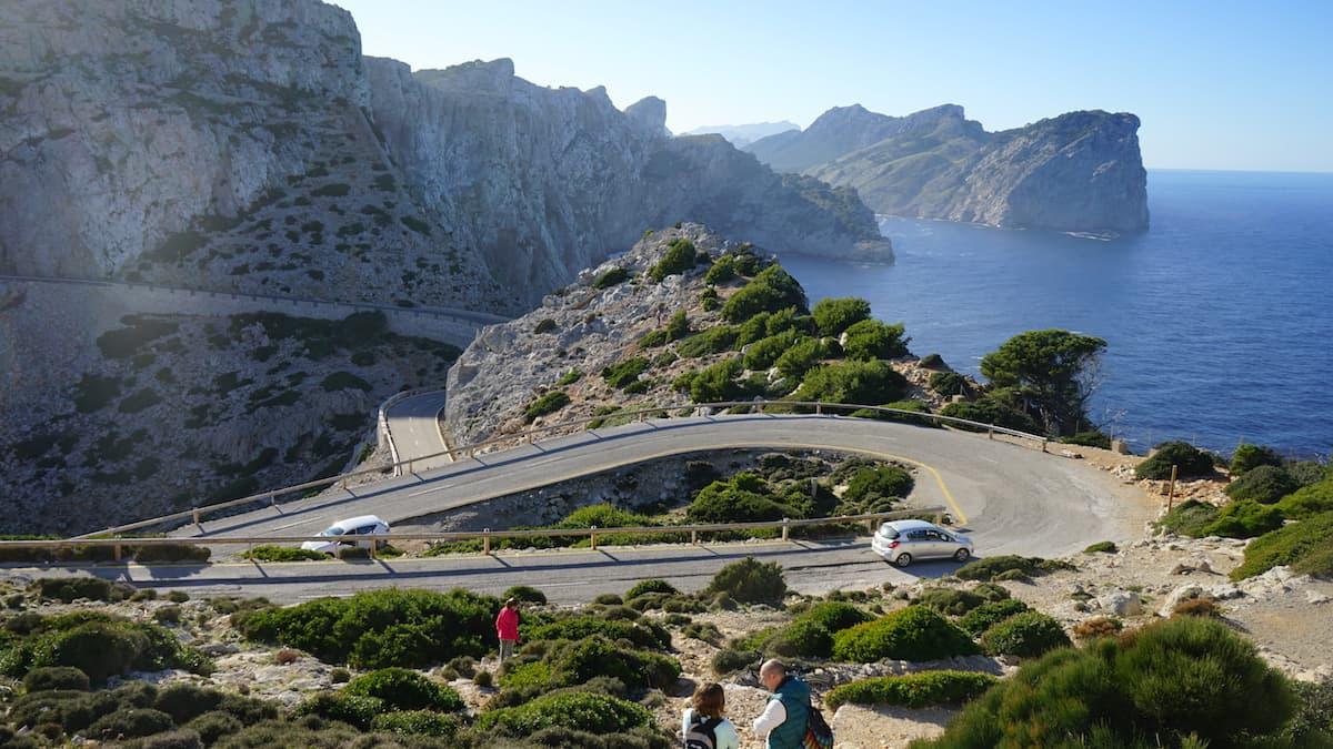 Mallorca im Winter: Serpentinenstraße zum Leuchtturm Cap Formentor. Foto: Beate Ziehres