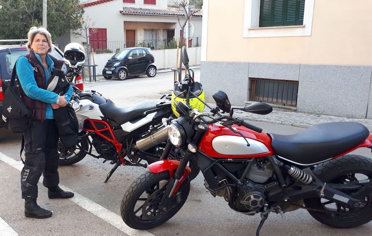 Motorradfahren im Winter auf Mallorca: Pause in der Serra Tramuntana. Foto: Bernd Ewert
