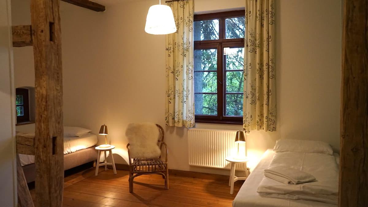 Mecklenburg-Vorpommern barrierefreier Urlaub: Schlafzimmer im Alten Pfarrhaus Alt Bukow. Foto: Beate Ziehres