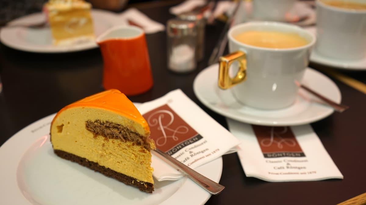 Mecklenburg-Vorpommern barrierefreier Urlaub: Sanddorntorte im Kaffeehaus Röntgen in Kühlungsborn. Foto: Beate Ziehres