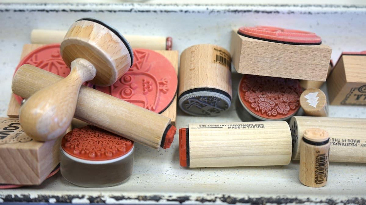 Mecklenburg-Vorpommern barrierefreier Urlaub: Stempel zum Dekorieren von Keramik in der Töpferei Laetitia in Kühlungsborn. Foto: Beate Ziehres