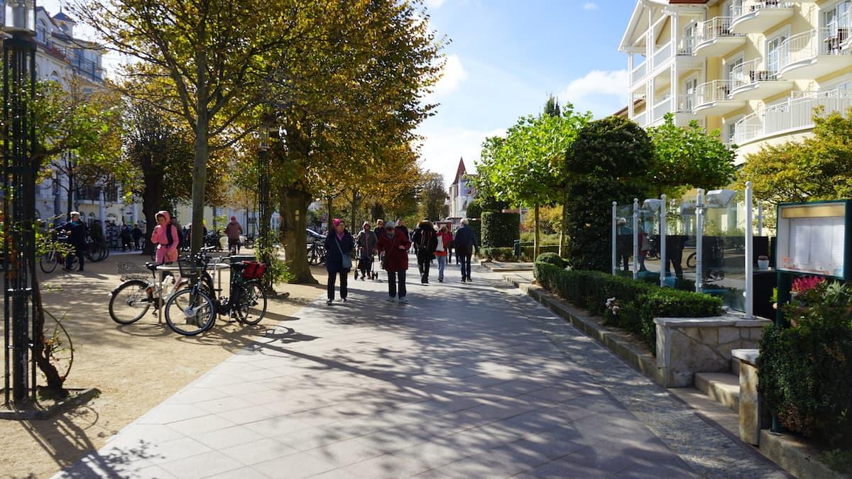 Mecklenburg-Vorpommern barrierefreier Urlaub: Bummeln auf der Strandstraße in Kühlungsborn. Foto: Beate Ziehres