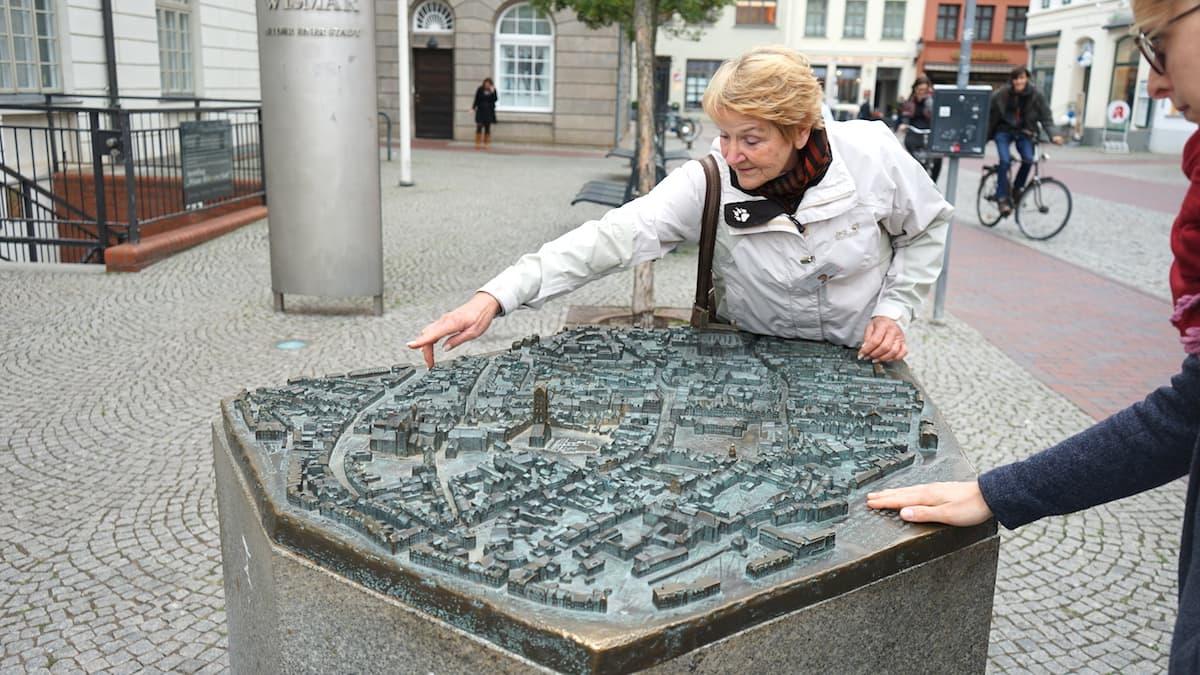 Mecklenburg-Vorpommern barrierefreier Urlaub: Wismar, Bronzerelief der Altstadt. Foto: Beate Ziehres