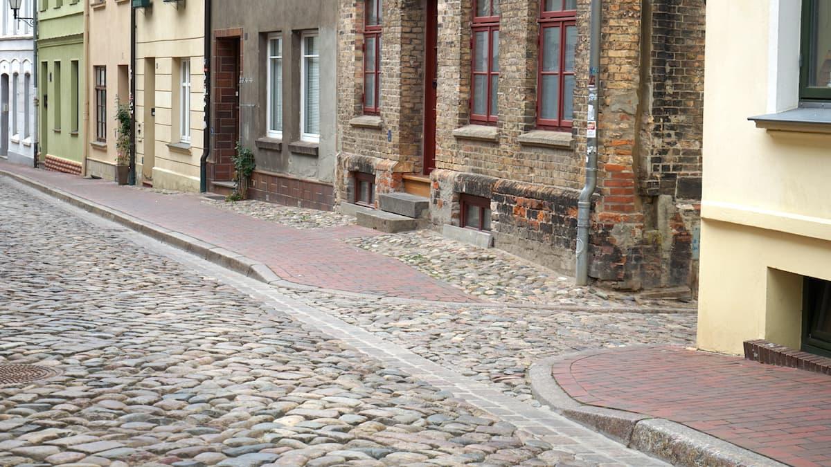 Mecklenburg-Vorpommern barrierefreier Urlaub: Wismar, abgesenkte Bordsteine. Foto: Beate Ziehres
