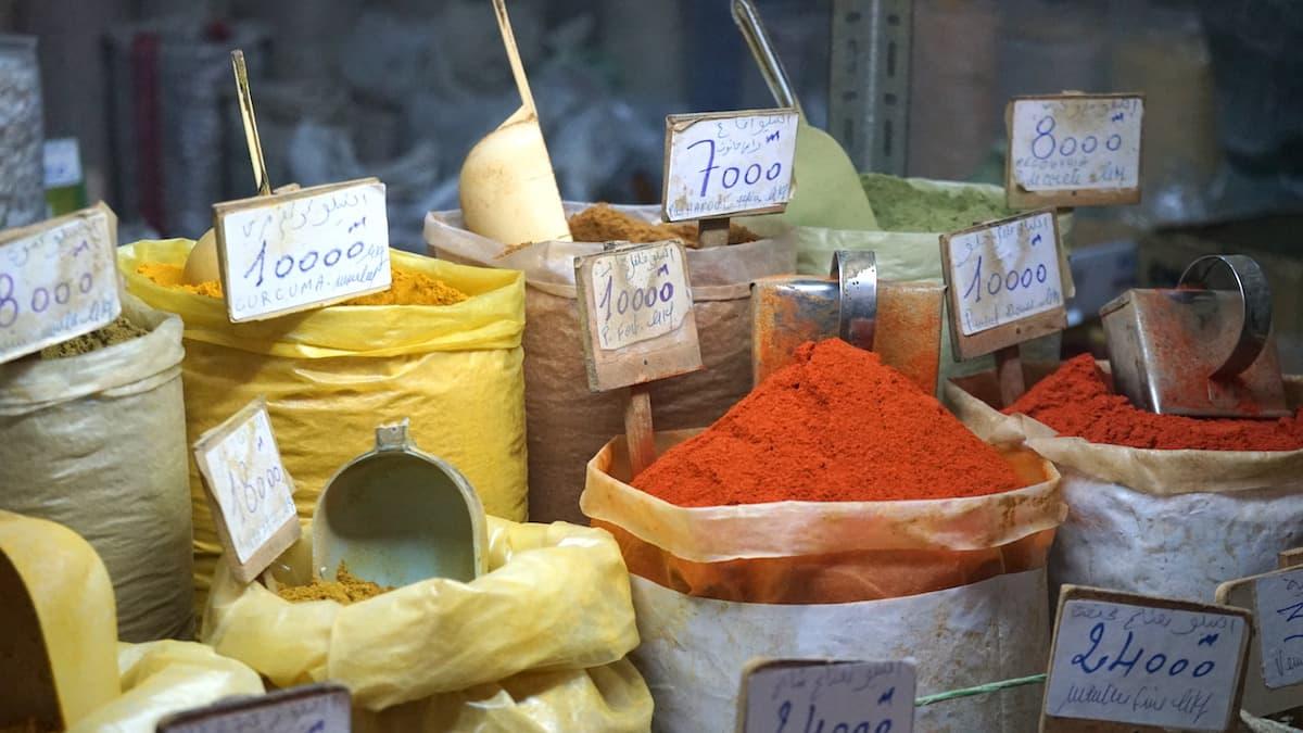 Essen in Tunesien: Gewürze wie Curry und Chili auf dem Markt von Tunis