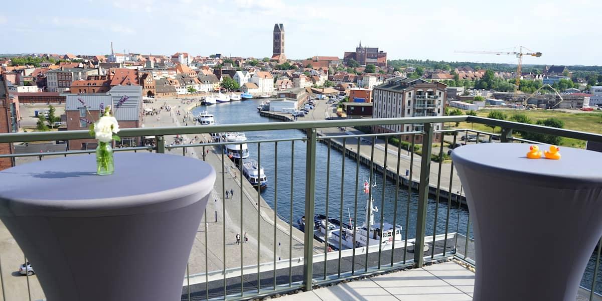 Blick von der Dachterrasse der Ferienwohnung 44 auf Wismar und den Alten Hafen. Foto: Beate Ziehres