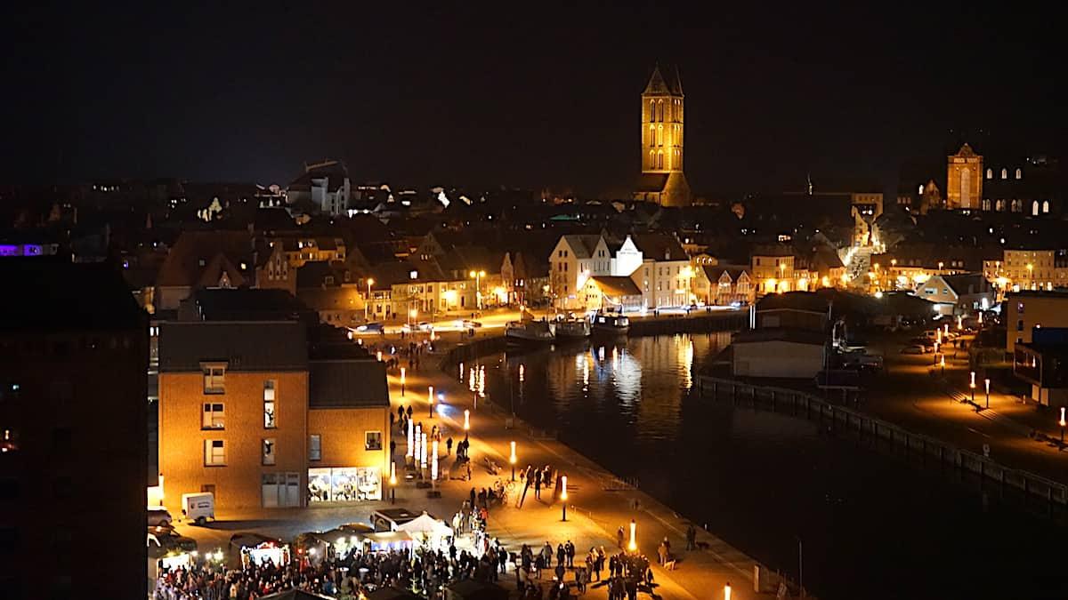 Blick aus der Ferienwohnung 43 auf den vorweihnachtlichen Trubel am alten Hafen von Wismar. Foto: Beate Ziehres