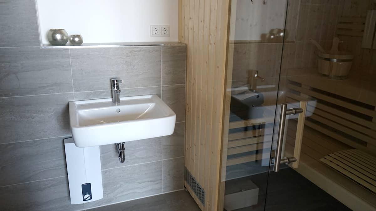 Bad und Sauna in Ferienwohnung 44. Foto: Beate Ziehres