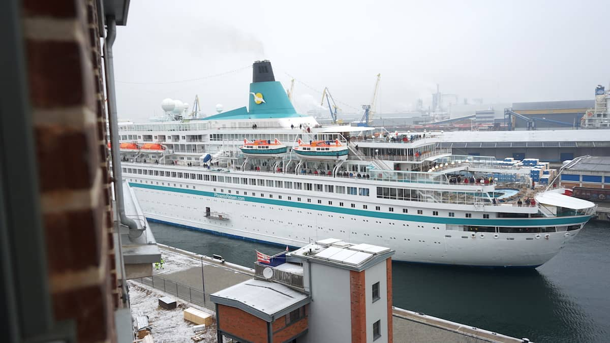 Kreuzfahrtschiff vor dem Schlafzimmerfenster von Ferienwohnung 43. Foto: Beate Ziehres