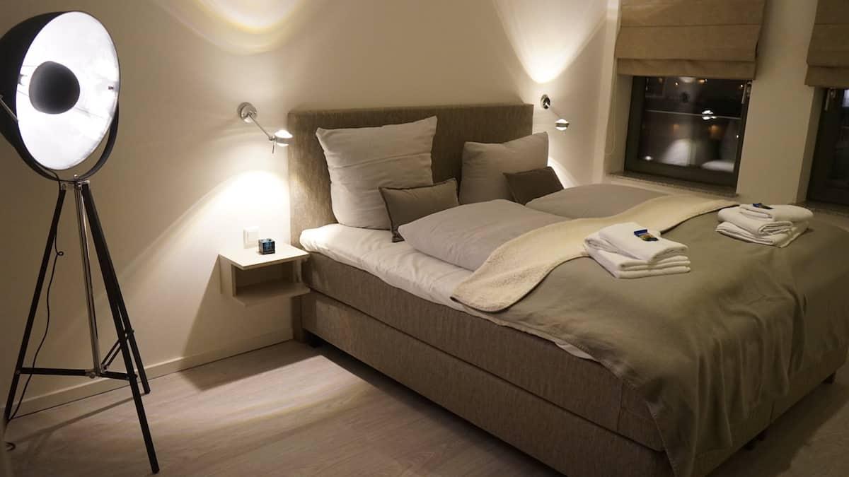Schlafzimmer in Ferienwohnung 43, Ohlerich Speicher Wismar. Foto: Beate Ziehres