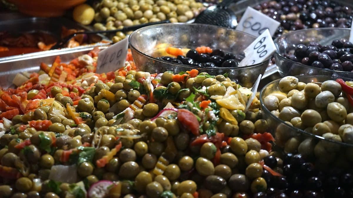 Essen in Tunesien: Oliven auf dem Markt von Tunis.