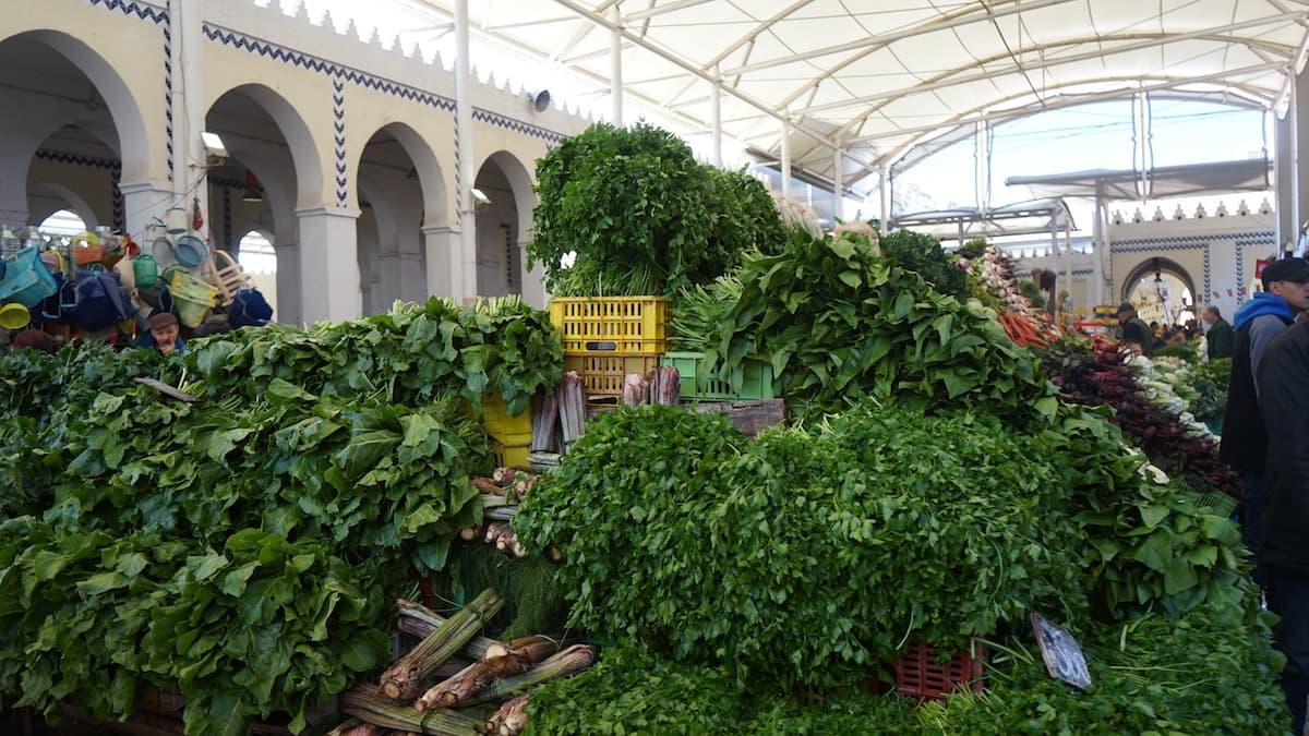 Essen in Tunesien: Berge von Petersilie auf dem Markt von Tunis.