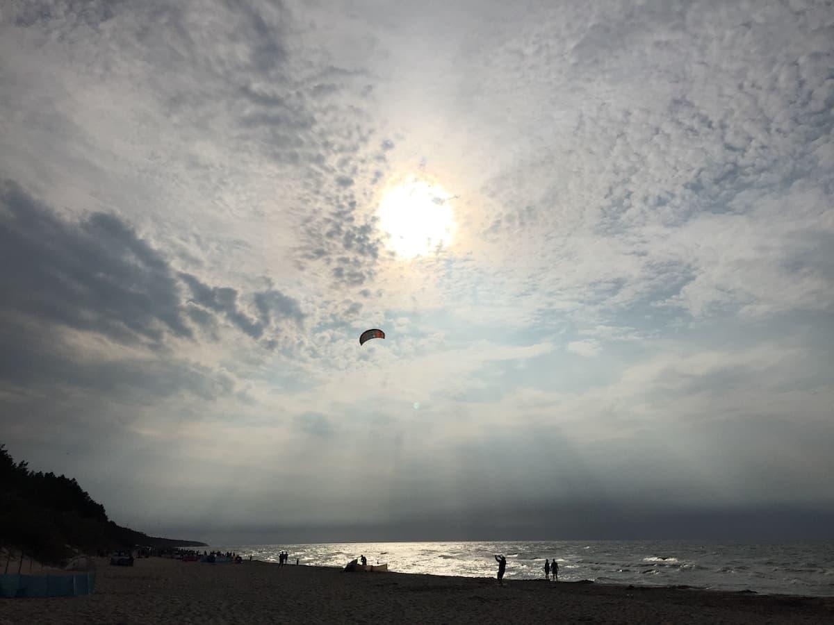 Sonne, Wolken am Strand von Pobierowo, Polen, Ostsee. Foto: Beate Ziehres