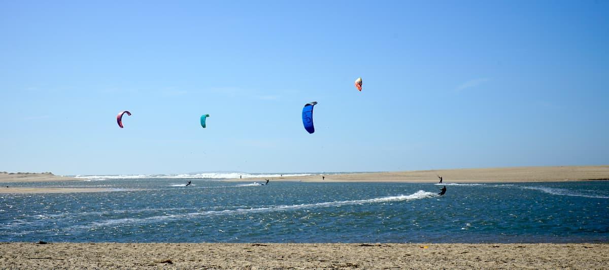 Portugal: Kitesurfer auf der Lagune von Obidos. Foto: Beate Ziehres