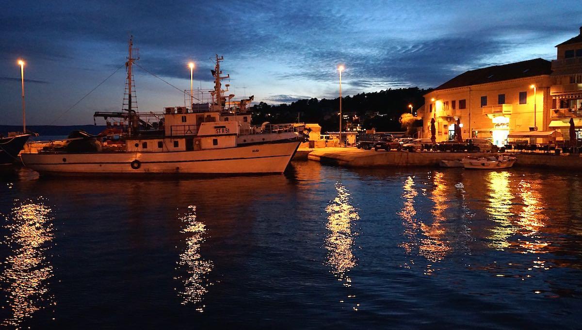 Abendstimmung im Hafen von Sumartin auf der Insel Brac, Kroatien – Foto: Beate Ziehres
