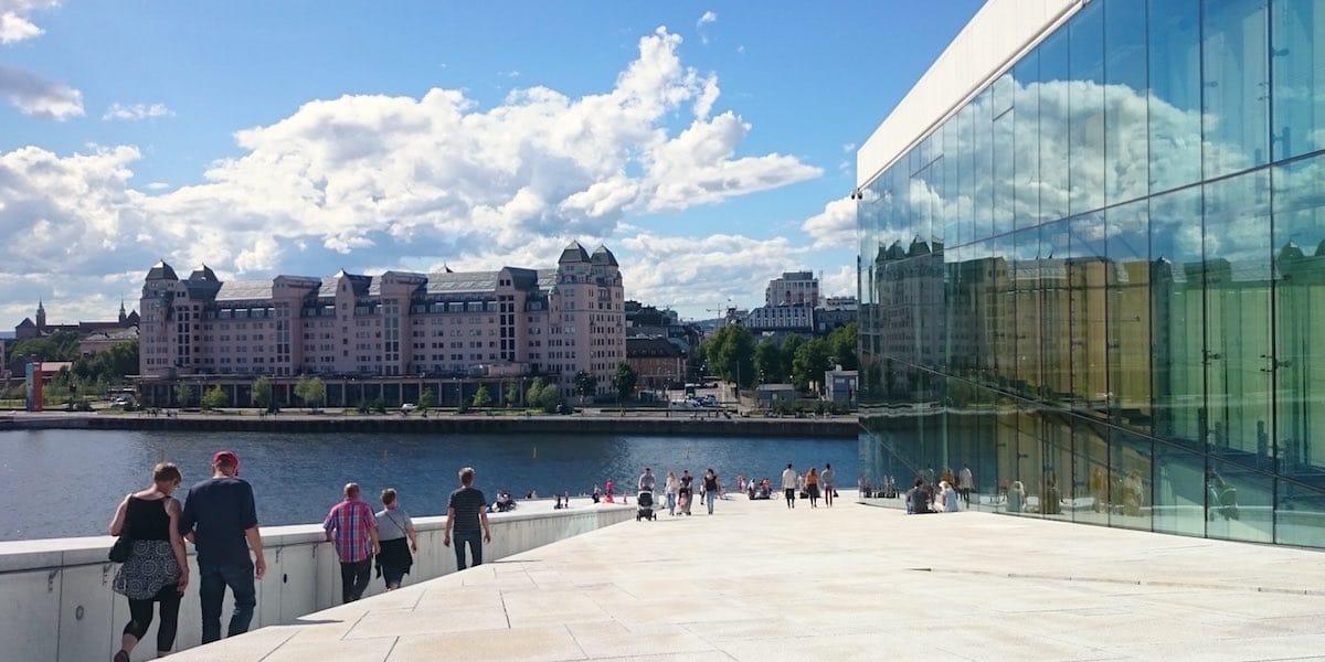 Oslo Sehenswürdigkeiten: Blick vom Dach der Oper auf den Oslofjord und die Stadt – Foto: Lena Ziehres