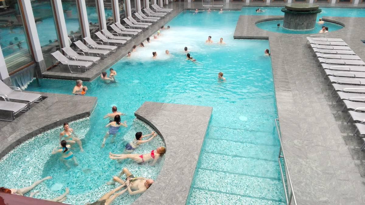 Das Außenbecken der Bad Saarow Therme verfügt über Massagebänke – Foto: Beate Ziehres