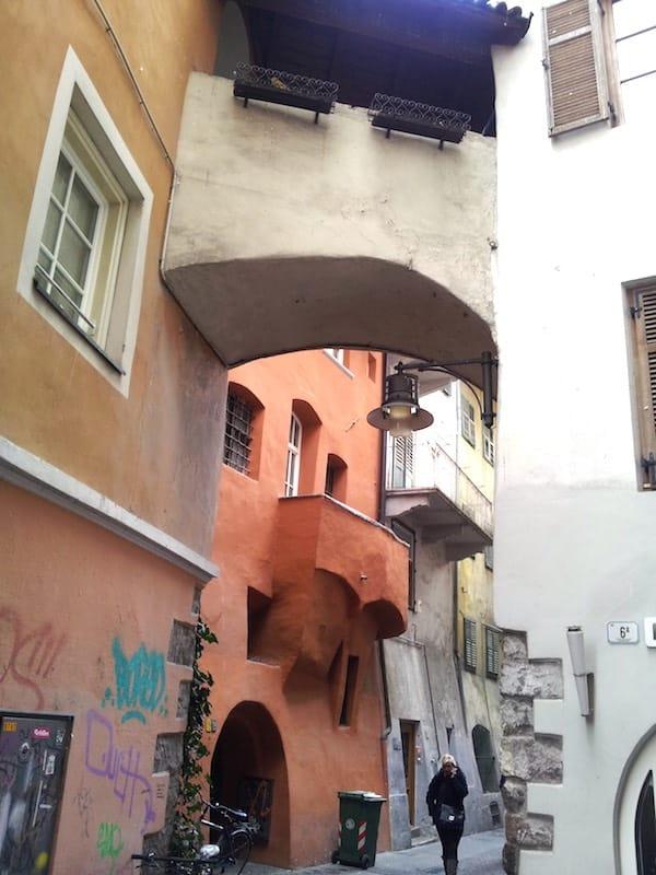 Gasse mit typisch Bozener Häusern – Foto: Beate Ziehres