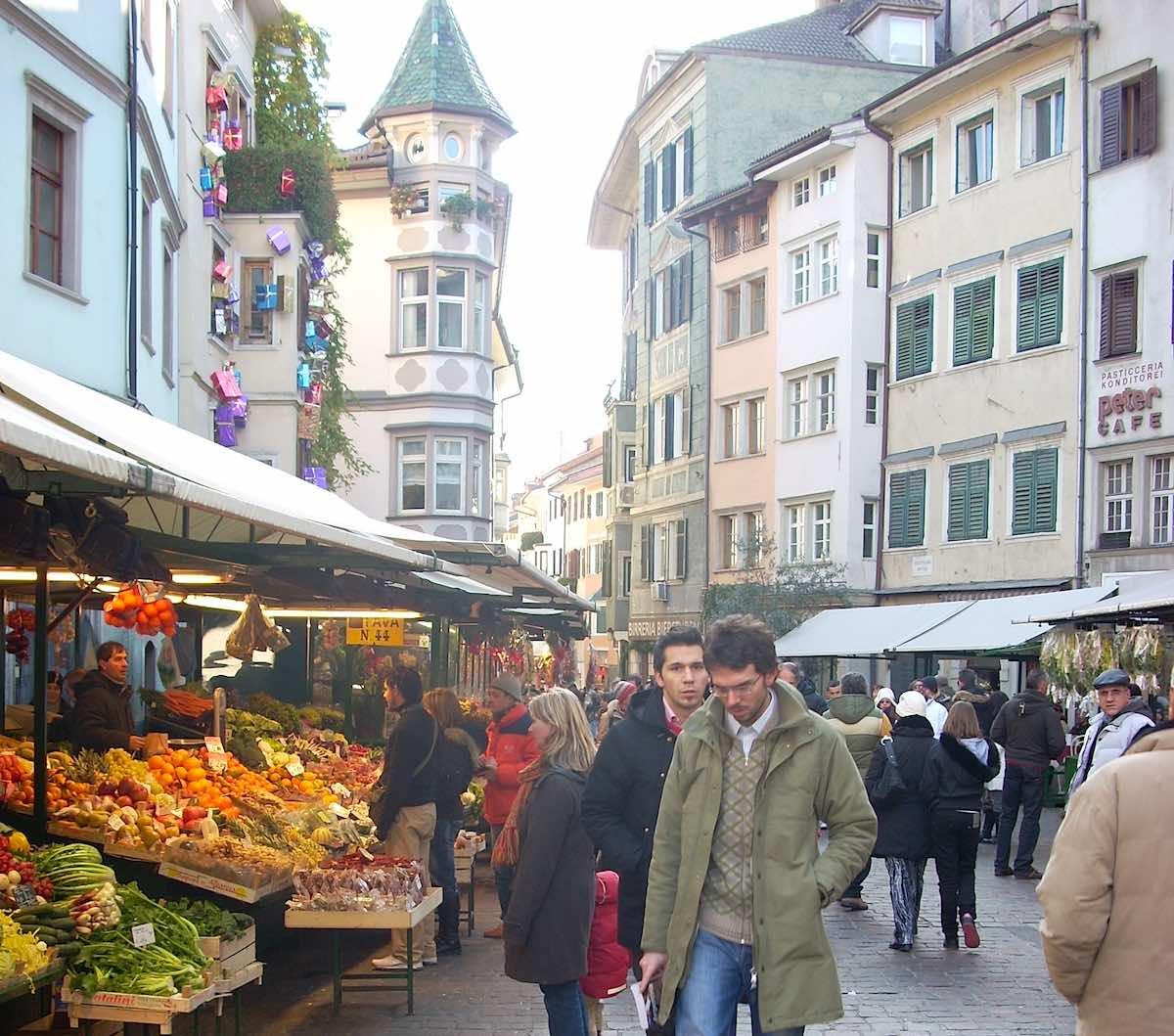 Bozen, Südtirol: Blick auf den Markt auf dem Obstplatz – Foto: Beate Ziehres