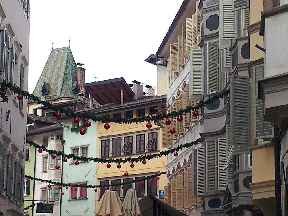 Blick nach oben: charakteristische Fassaden am Obstplatz, Bozen, Südtirol – Foto: Beate Ziehres