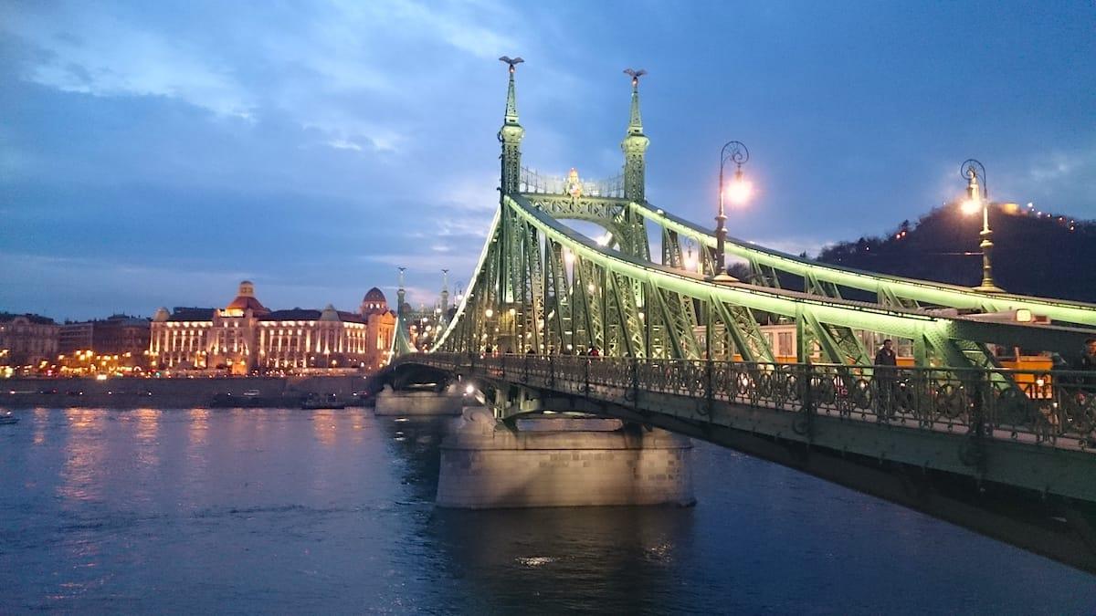 Eine der Sehenswürdigkeiten in Budapest und gerne fotografiert: die Freiheitsbrücke in der Dämmerung – Foto: Lena Ziehres