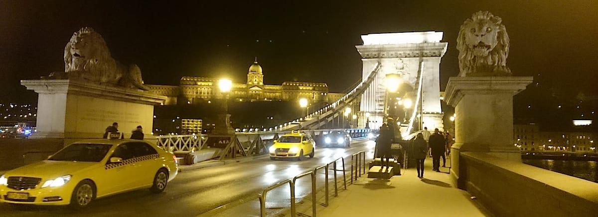 Sehenswürdigkeiten Budapest: Kettenbrücke bei Nacht – Foto: Lena Ziehres