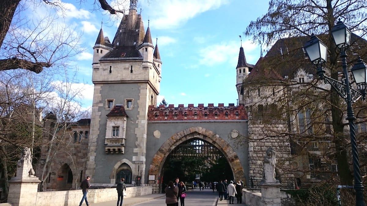 Außergewöhnliche Sehenswürdigkeit in Budapest: Die im Stadtwäldchen gelegene Burg Vajdahunyad – Foto: Lena Ziehres