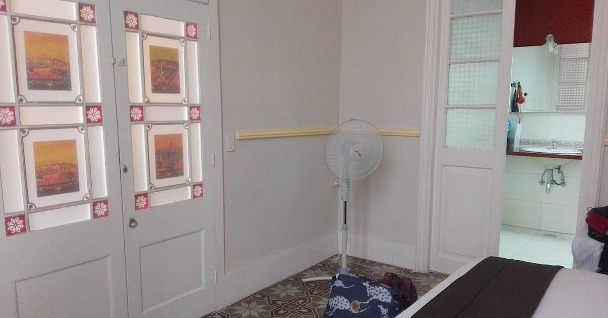 Casa Floridiana Links im Bild die bemerkenswerte Zimmertür, rechts ein Blick ins Bad – Foto: Beate Ziehres