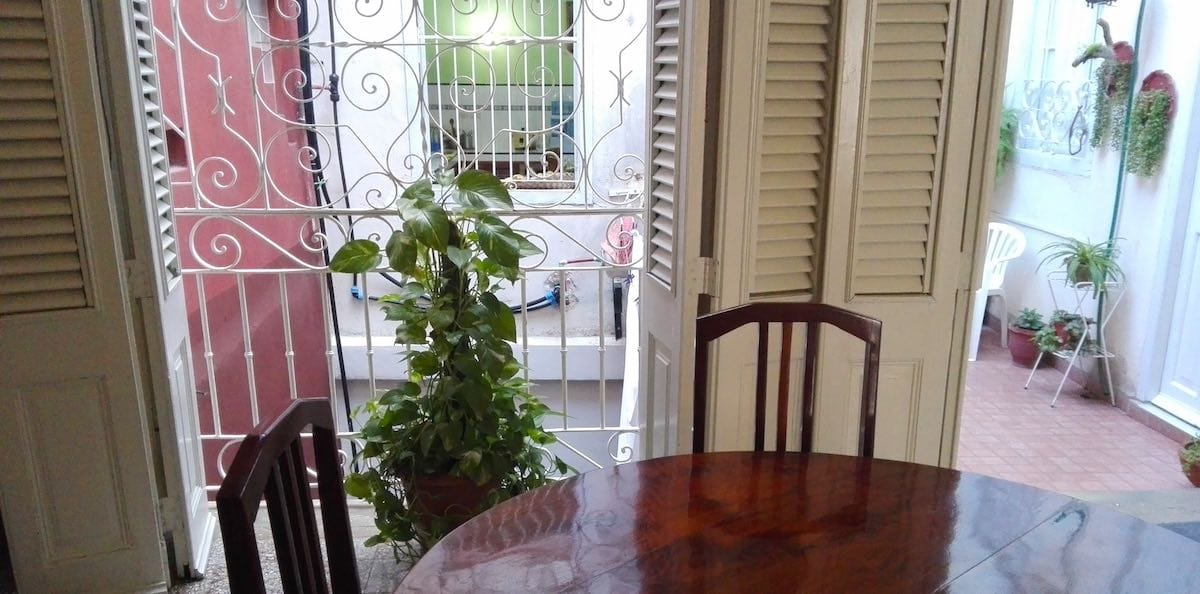 Blick vom Frühstückstisch der Casa Floridiana über den Innenhof bis zur Küche – Foto: Beate Ziehres