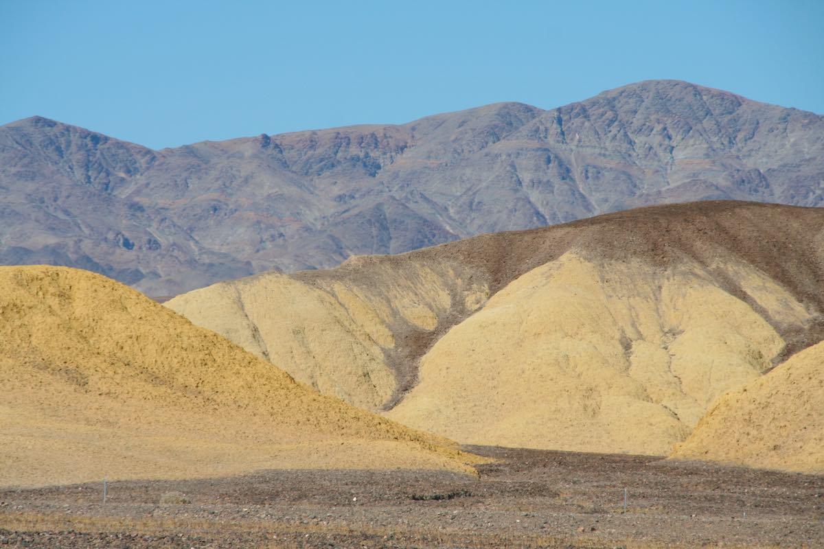 Bunte Berge im Death Valley, auch aus der Nähe interessant – Foto: Beate Ziehres
