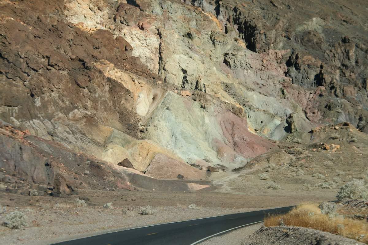 Death Valley: bunter Fels am Rande der Straße – Foto: Beate Ziehres